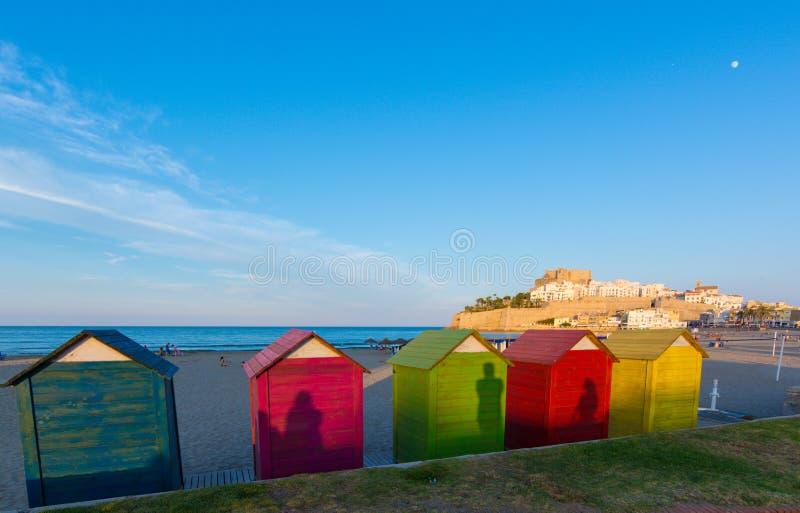 Ζωηρόχρωμες καλύβες παραλιών στην παραλία Peniscola στοκ φωτογραφίες με δικαίωμα ελεύθερης χρήσης