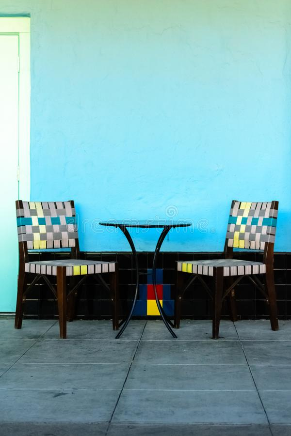 Ζωηρόχρωμες καρέκλες με τον πίνακα έξω στοκ φωτογραφία με δικαίωμα ελεύθερης χρήσης