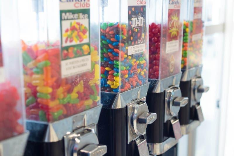 Ζωηρόχρωμες καραμέλες και μηχανή πώλησης σοκολατών στοκ φωτογραφία