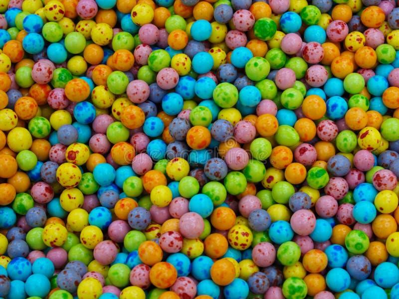 ζωηρόχρωμες καραμέλες, ψημένα σοκολάτα chickpeas στοκ εικόνα με δικαίωμα ελεύθερης χρήσης