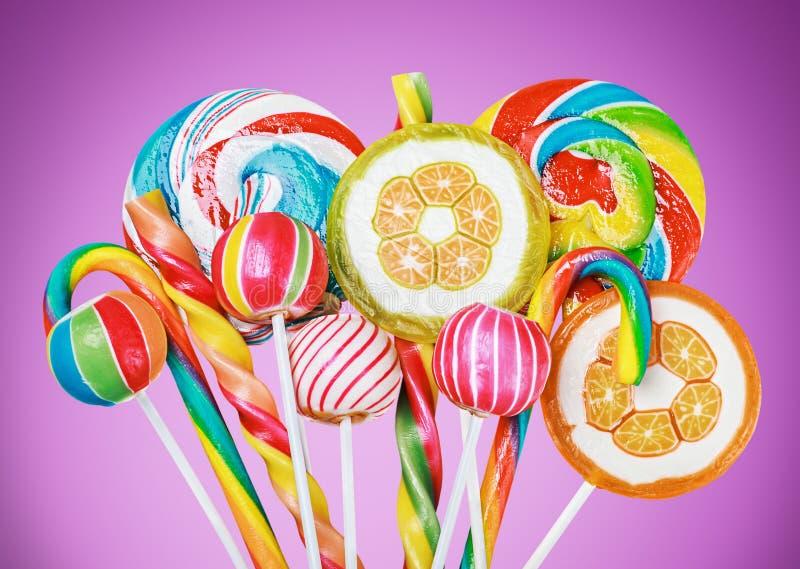 Ζωηρόχρωμες καραμέλες και lollipop στοκ εικόνες