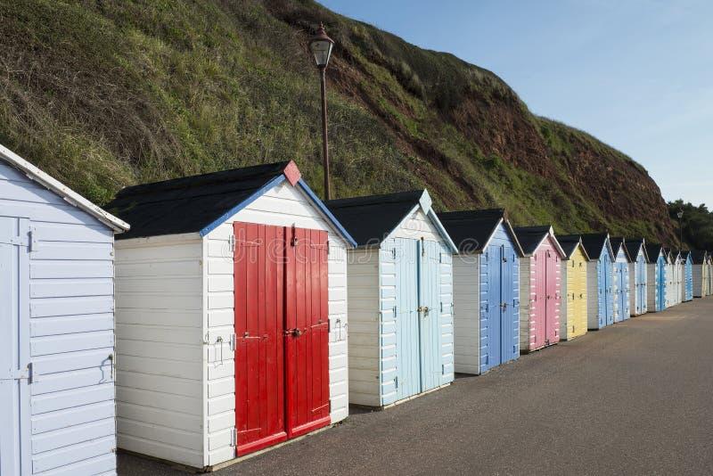 Ζωηρόχρωμες καλύβες παραλιών σε Seaton, Devon, UK. στοκ εικόνες