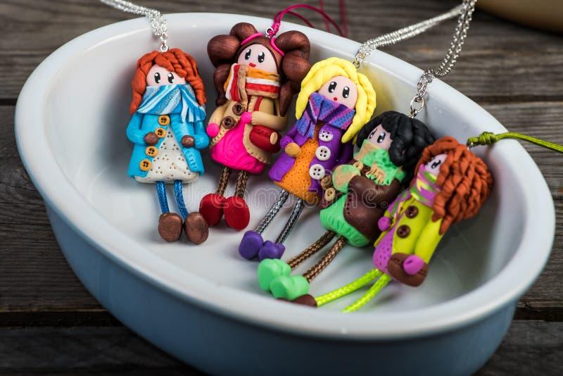 Ζωηρόχρωμες κούκλες σε ένα μικρό κεραμικό ramekin στοκ εικόνες με δικαίωμα ελεύθερης χρήσης