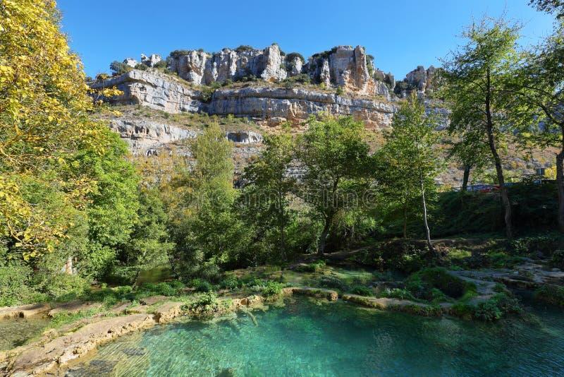 Ζωηρόχρωμες λίμνες Orbaneja del Castillo, Burgos, Ισπανία στοκ φωτογραφία με δικαίωμα ελεύθερης χρήσης