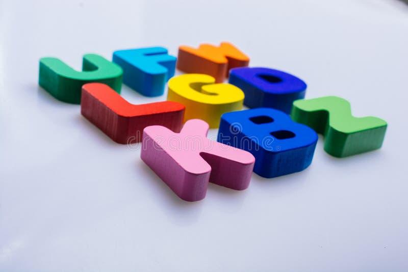Ζωηρόχρωμες ξύλινες επιστολές σε ένα άσπρο υπόβαθρο στοκ εικόνες