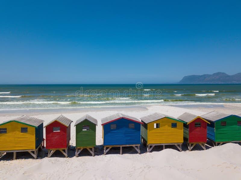 Ζωηρόχρωμες ξύλινες καλύβες παραλιών στην παραλία Muizenberg στοκ φωτογραφία με δικαίωμα ελεύθερης χρήσης