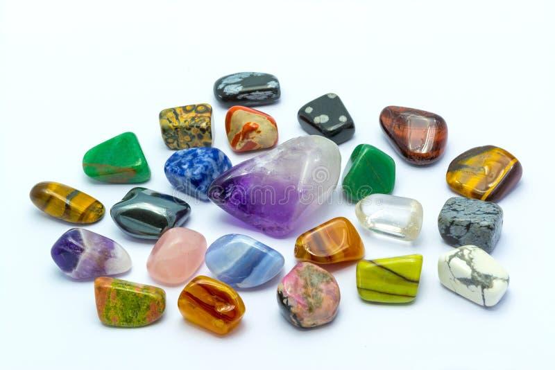 Ζωηρόχρωμες πέτρες στις άσπρες ανασκοπήσεις στοκ εικόνα με δικαίωμα ελεύθερης χρήσης