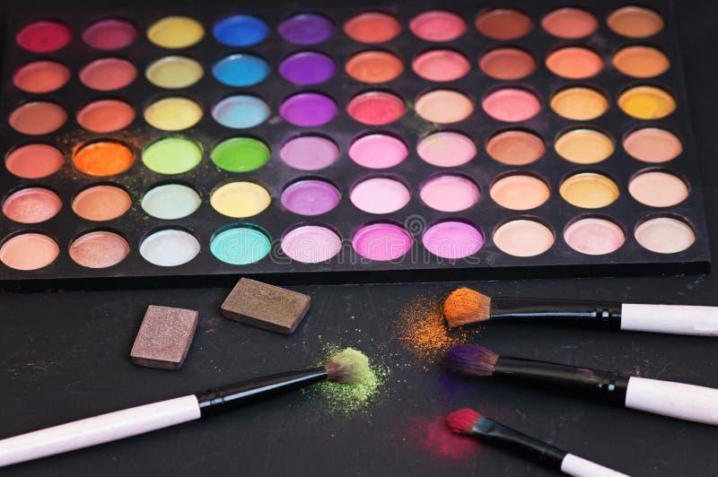 Ζωηρόχρωμες παλέτες σκιάς ματιών σύνθεσης που απομονώνονται στο μαύρο υπόβαθρο στοκ εικόνες με δικαίωμα ελεύθερης χρήσης