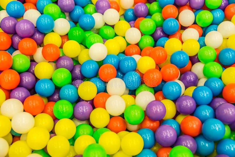 Ζωηρόχρωμες πλαστικές σφαίρες μερών για την άποψη υποβάθρου στοκ φωτογραφία
