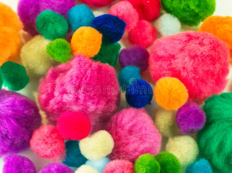 Ζωηρόχρωμες προμήθειες τεχνών pom poms DIY στοκ εικόνες