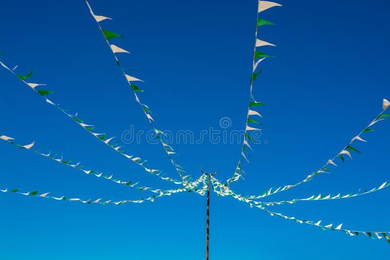 Ζωηρόχρωμες σημαίες τριγώνων υφάσματος στο υπόβαθρο μπλε ουρανού στοκ φωτογραφία με δικαίωμα ελεύθερης χρήσης