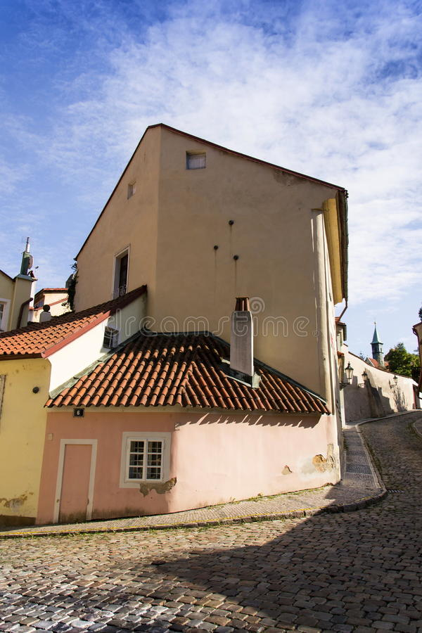 Ζωηρόχρωμες σημαιοστολισμένες οδοί Novy Svet - νέος κόσμος στην Πράγα, Τσεχία στοκ εικόνα με δικαίωμα ελεύθερης χρήσης