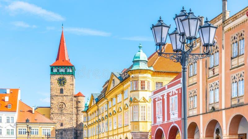 Ζωηρόχρωμες σπίτια αναγέννησης και πύλη Valdice στην πλατεία Wallenstein σε Jicin, Δημοκρατία της Τσεχίας στοκ φωτογραφίες