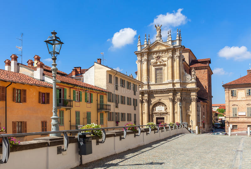 Ζωηρόχρωμες σπίτια και εκκλησία στο στηθόδεσμο, Ιταλία στοκ φωτογραφία με δικαίωμα ελεύθερης χρήσης