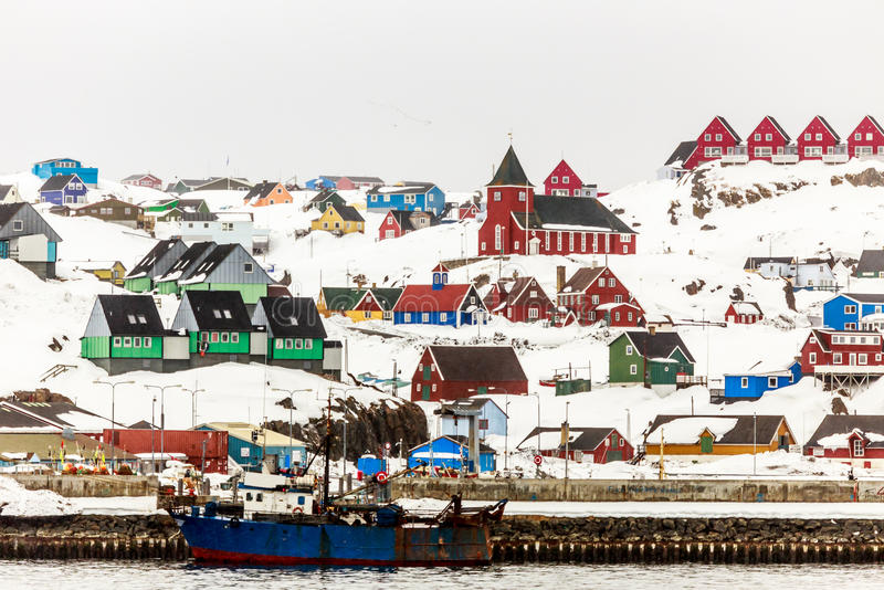 Ζωηρόχρωμες σπίτια και εκκλησία στο λόφο, πόλης άποψη Sisimiut από στοκ εικόνες