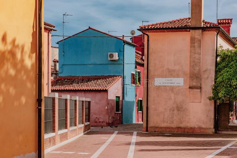 Ζωηρόχρωμες σπίτια και οδοί στο νησί Burano, Βενετία, Ita στοκ εικόνα