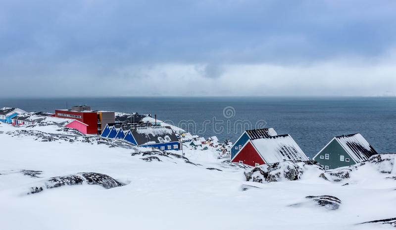 Ζωηρόχρωμες σπίτια και οδοί inuit μεταξύ των πετρών σε ένα προάστιο στοκ εικόνες