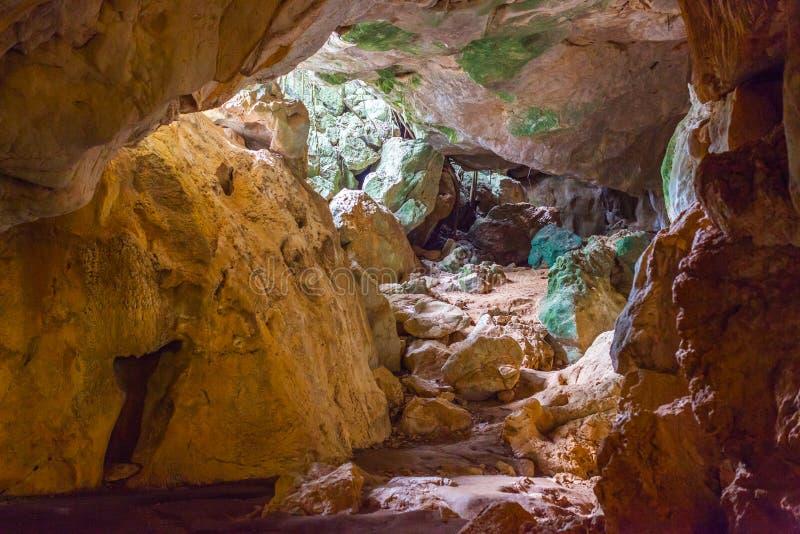 Ζωηρόχρωμες σπηλιές Αιγοκέρου ασβεστόλιθων στοκ φωτογραφία με δικαίωμα ελεύθερης χρήσης