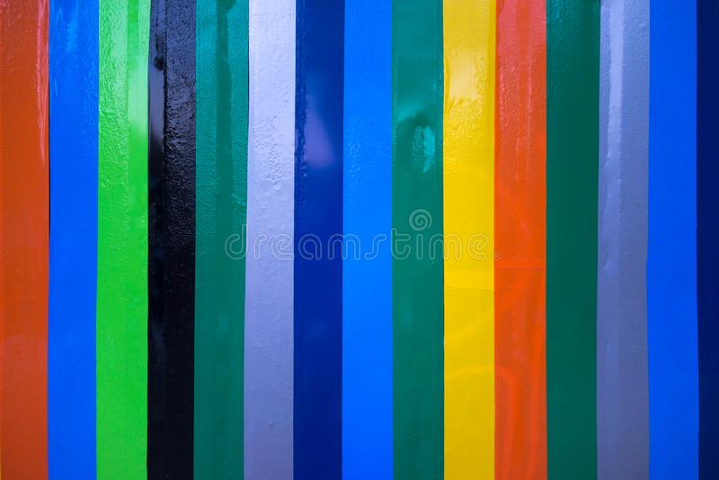 Ζωηρόχρωμες συγκολλητικές βινυλίου γραμμές σε έναν τοίχο στοκ εικόνες