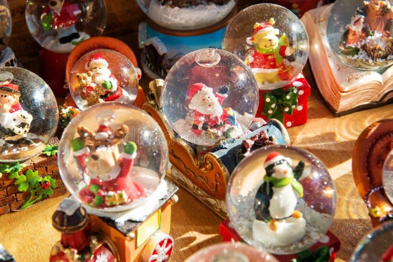 Ζωηρόχρωμες σφαίρες χιονιού Χριστουγέννων στοκ φωτογραφίες με δικαίωμα ελεύθερης χρήσης