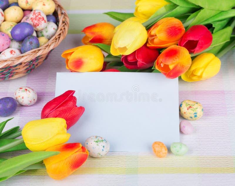 Ζωηρόχρωμες τουλίπες και καραμέλα Πάσχας στοκ εικόνες