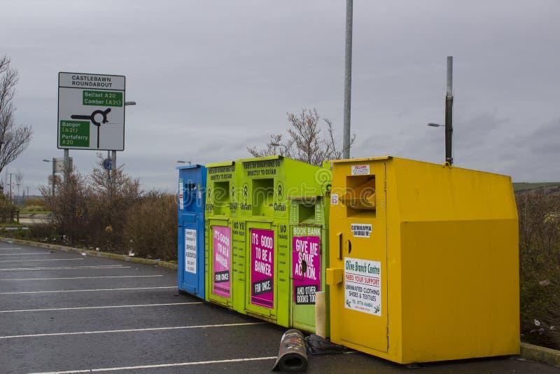 Ζωηρόχρωμες τράπεζες ιματισμού χάλυβα για τις φιλανθρωπίες που βρίσκονται στον τοπικό πρόσθετο υπαίθριο σταθμό αυτοκινήτων Tesco  στοκ εικόνα με δικαίωμα ελεύθερης χρήσης