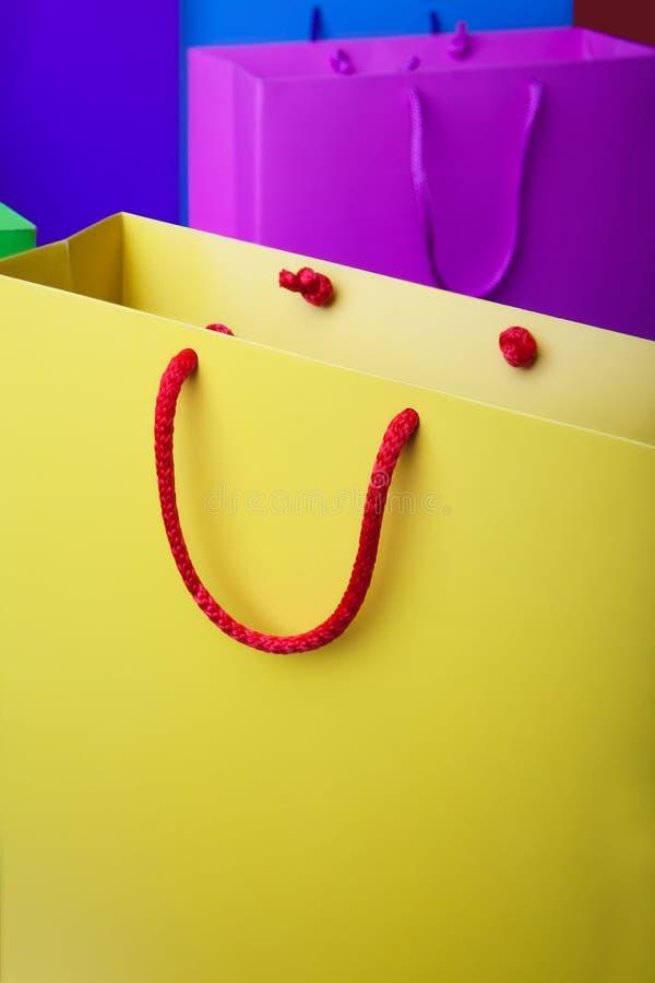 Ζωηρόχρωμες τσάντες αγορών εγγράφου με το διάστημα αντιγράφων στοκ εικόνες