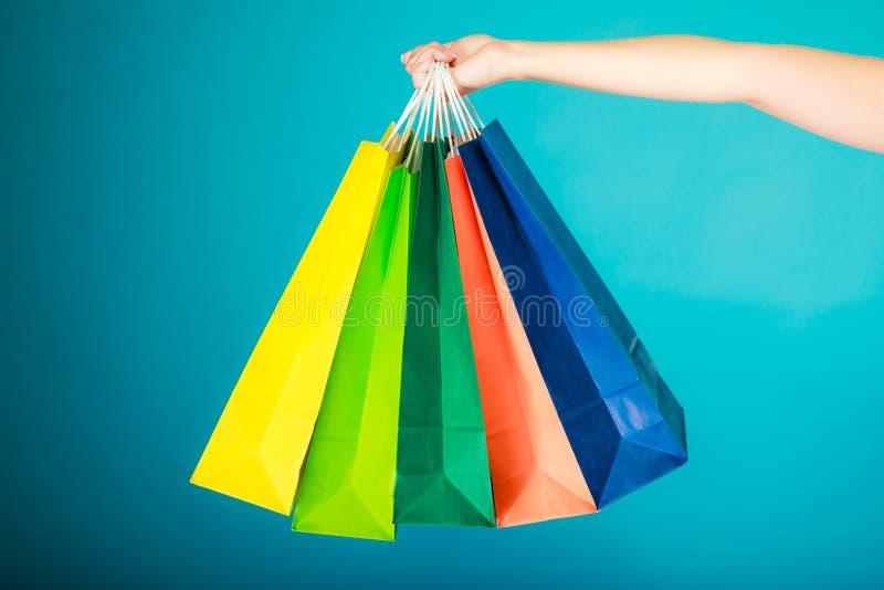 Ζωηρόχρωμες τσάντες αγορών στο θηλυκό χέρι Λιανική πώληση πώλησης στοκ εικόνες με δικαίωμα ελεύθερης χρήσης