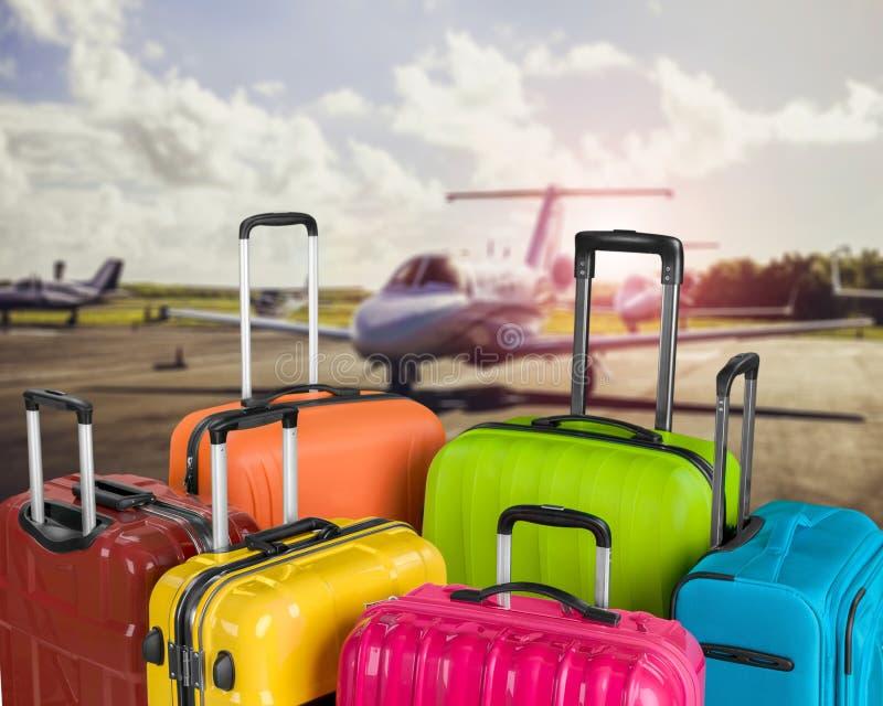 Ζωηρόχρωμες τσάντες αποσκευών στο υπόβαθρο του arport στοκ εικόνες