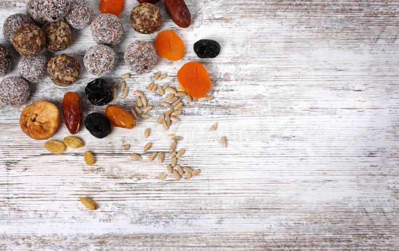 Ζωηρόχρωμες υγιείς σπιτικές καραμέλες με τα καρύδια, ξηρά φρούτα στοκ φωτογραφία με δικαίωμα ελεύθερης χρήσης