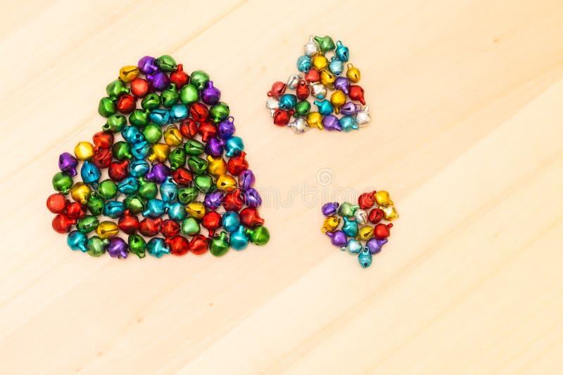 Ζωηρόχρωμες χάντρες στην καρδιά που διαμορφώνεται στοκ φωτογραφίες