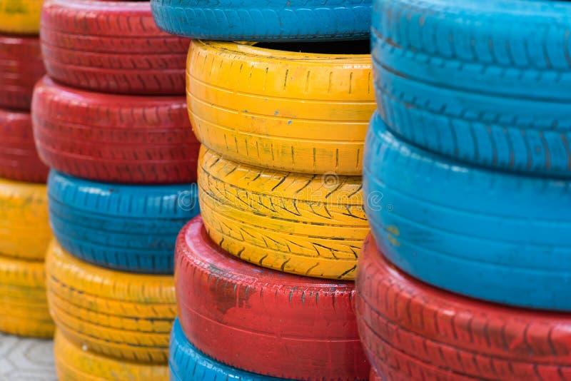Ζωηρόχρωμες χρωματισμένες ρόδες αυτοκινήτων Χρησιμοποιημένη αυτόματη ρόδα για τη διακόσμηση στοκ εικόνα