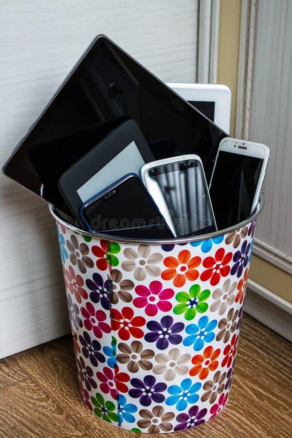 Ζωηρόχρωμες smartphones και ταμπλέτες στα απορρίμματα στοκ εικόνα