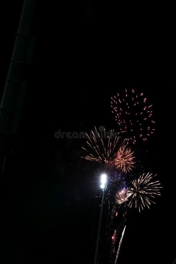 Ζωηρόχρωμη έκρηξη των πυροτεχνημάτων κατά μήκος των φωτεινών φω'των του ποδοσφαιρικού παιχνιδιού στοκ φωτογραφίες