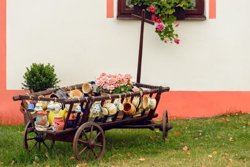 Ζωηρόχρωμη αγγειοπλαστική στην επίδειξη, Holasovice στοκ φωτογραφία