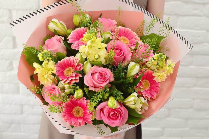 Ζωηρόχρωμη ανθοδέσμη των λουλουδιών στη ρόδινη κλίμακα στοκ εικόνες