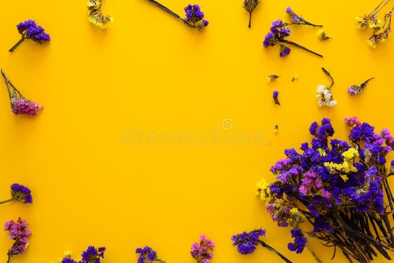 Ζωηρόχρωμη ανθοδέσμη των ξηρών λουλουδιών φθινοπώρου που βρίσκονται στο κίτρινο υπόβαθρο εγγράφου διάστημα αντιγράφων Επίπεδος βά στοκ εικόνες