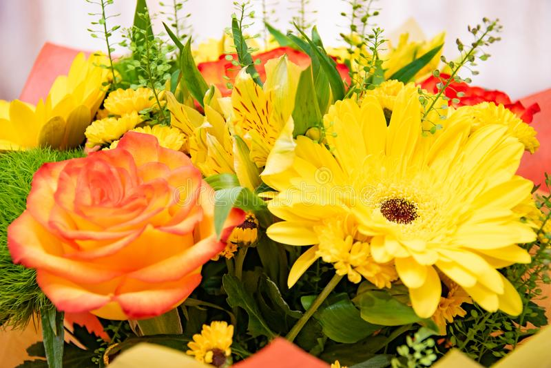 Ζωηρόχρωμη ανθοδέσμη των φωτεινών λουλουδιών στοκ εικόνες