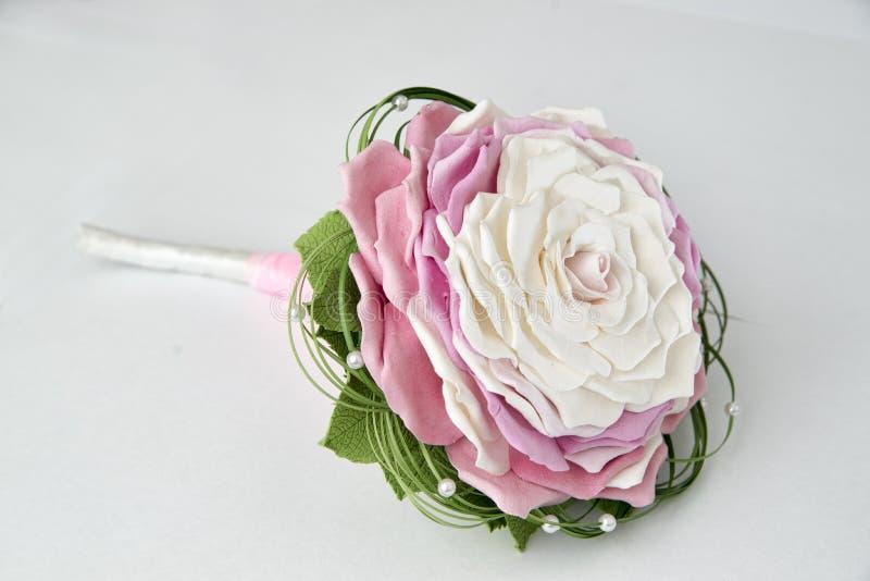 Ζωηρόχρωμη ανθοδέσμη των λουλουδιών σε έναν γκρίζο στοκ φωτογραφίες με δικαίωμα ελεύθερης χρήσης