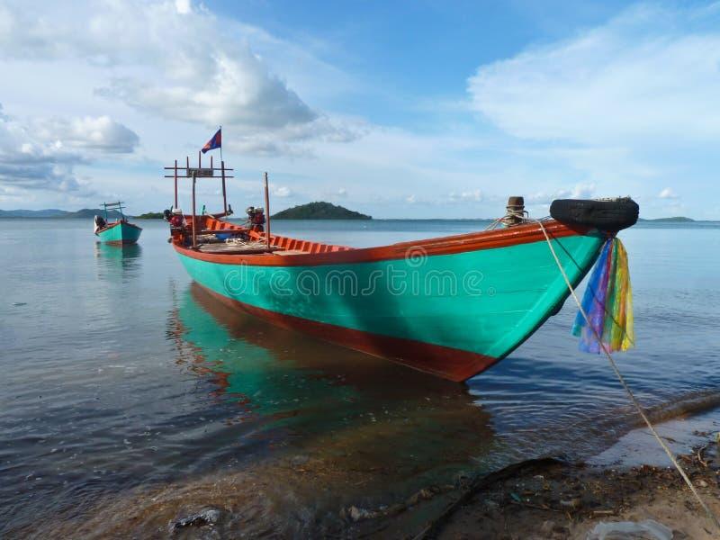 Ζωηρόχρωμη βάρκα Turquois κοντά στα σύνορα της Καμπότζης Βιετνάμ στοκ φωτογραφία με δικαίωμα ελεύθερης χρήσης