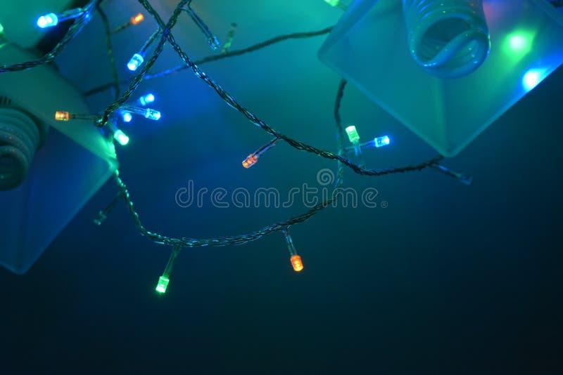 Ζωηρόχρωμη γιρλάντα στον πολυέλαιο στοκ φωτογραφία