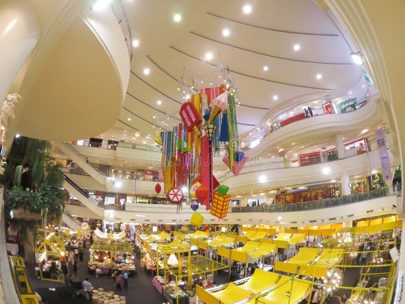 Ζωηρόχρωμη διακόσμηση αιθουσών με τους κίτρινους στάβλους τροφίμων στο φεστιβάλ τροφίμων στη λεωφόρο Bangkapi στοκ φωτογραφίες με δικαίωμα ελεύθερης χρήσης