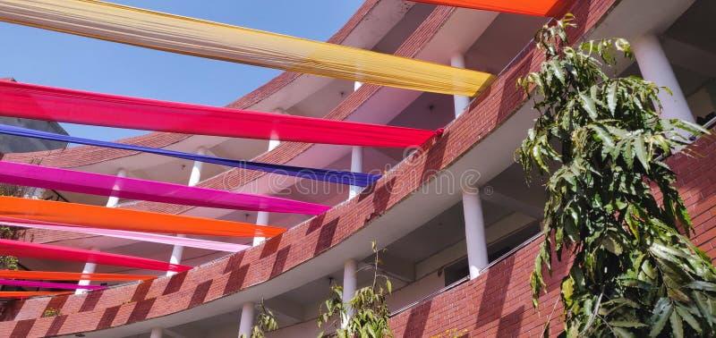 Ζωηρόχρωμη διακόσμηση με τα ενδύματα σε ένα ψηλό κτίριο στοκ φωτογραφίες με δικαίωμα ελεύθερης χρήσης