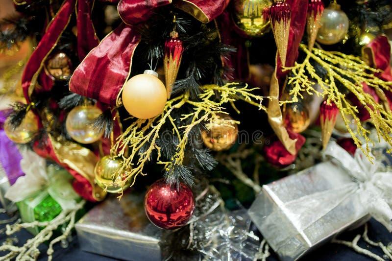 Ζωηρόχρωμη διακόσμηση Χριστουγέννων κάτω από το χριστουγεννιάτικο δέντρο με το βολβό φω'των στοκ εικόνες με δικαίωμα ελεύθερης χρήσης