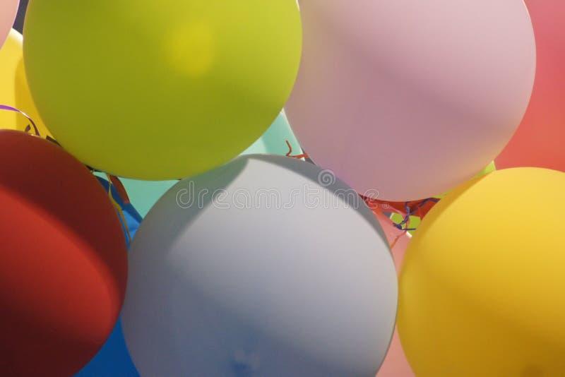 Ζωηρόχρωμη ευτυχής απόλαυση μπαλονιών στοκ εικόνες