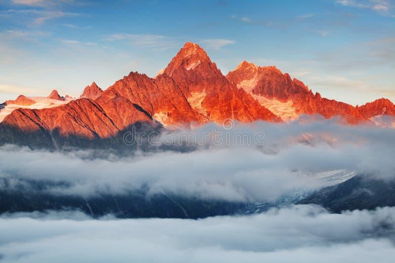 Ζωηρόχρωμη θερινή άποψη της λίμνης Blanc λάκκας με τη Mont Blanc Monte Bianco στο υπόβαθρο, θέση Chamonix στοκ φωτογραφία με δικαίωμα ελεύθερης χρήσης
