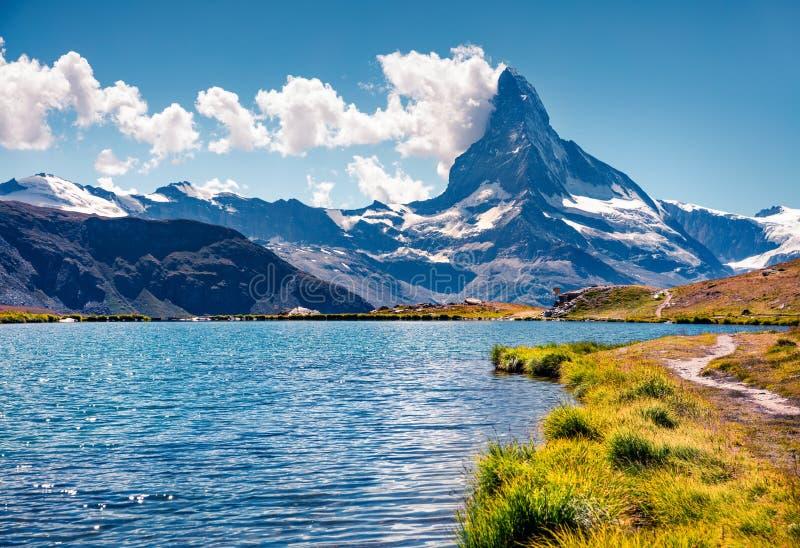 Ζωηρόχρωμη θερινή άποψη της λίμνης Stellisee στοκ εικόνες