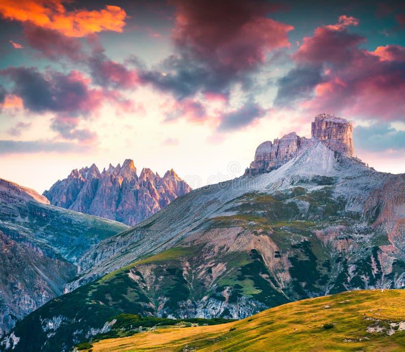 Ζωηρόχρωμη θερινή σκηνή στη σειρά βουνών Piana στοκ εικόνες