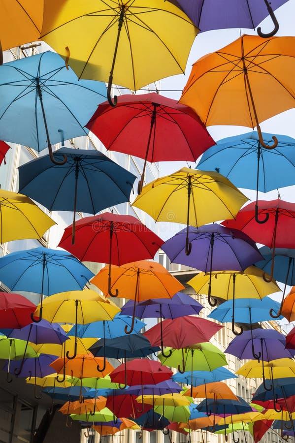 Ζωηρόχρωμη διακόσμηση οδών ομπρελών στοκ φωτογραφία
