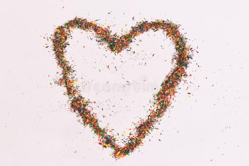 Ζωηρόχρωμη καρδιά που γίνεται από τα ξέσματα των μολυβιών στο άσπρο υπόβαθρο Ιδέες με το διάστημα αντιγράφων σκόνης μολυβιών χρώμ στοκ φωτογραφία με δικαίωμα ελεύθερης χρήσης